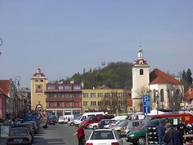 Гусова площадь с церковью Святого Якуба и Пльзеньские ворота в Бероуне