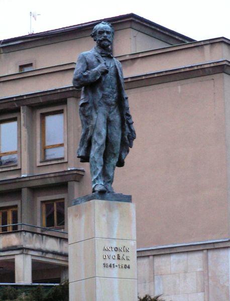 Памятник Антонину Дворжаку у Пршибрамского Дома культуры