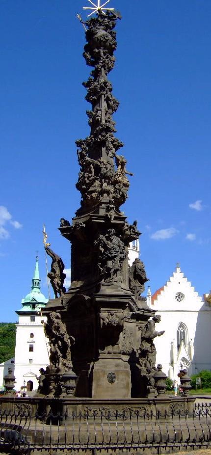 Чумной столб – на заднем фоне слева виден Костел Яна Крестителя, справа – костел, относящийся к замку